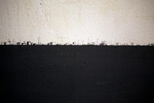 LUCA PANCRAZZI, MI DISPERDO E PROSEGUO LASCIANDOMI INDIETRO UN PASSO DOPO L'ALTRO, 2014, CHINA E GRAFITE SU INTONACO, 2420
