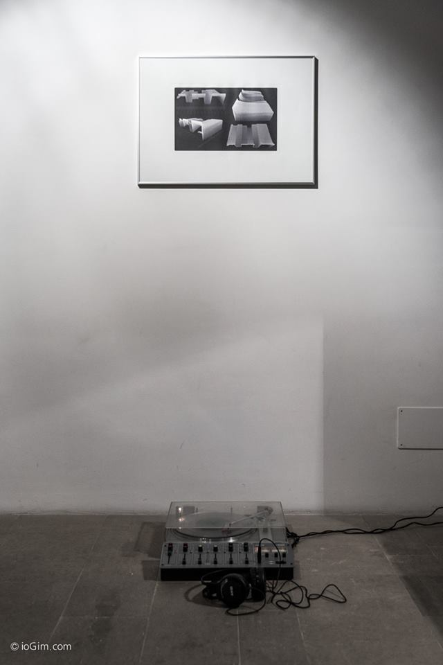 Enrico-Vezzi-TheBackgroundNoiseOfTheWorld-fotoincisione-su-zinco-50x70-Generating-Green-Noise-vinile-in-plexiglass-giradischi-automatico-mixer-cuffie-durata-001500-loop-in-collaborazione-con-Remo-Zanin - courtesy l'artista
